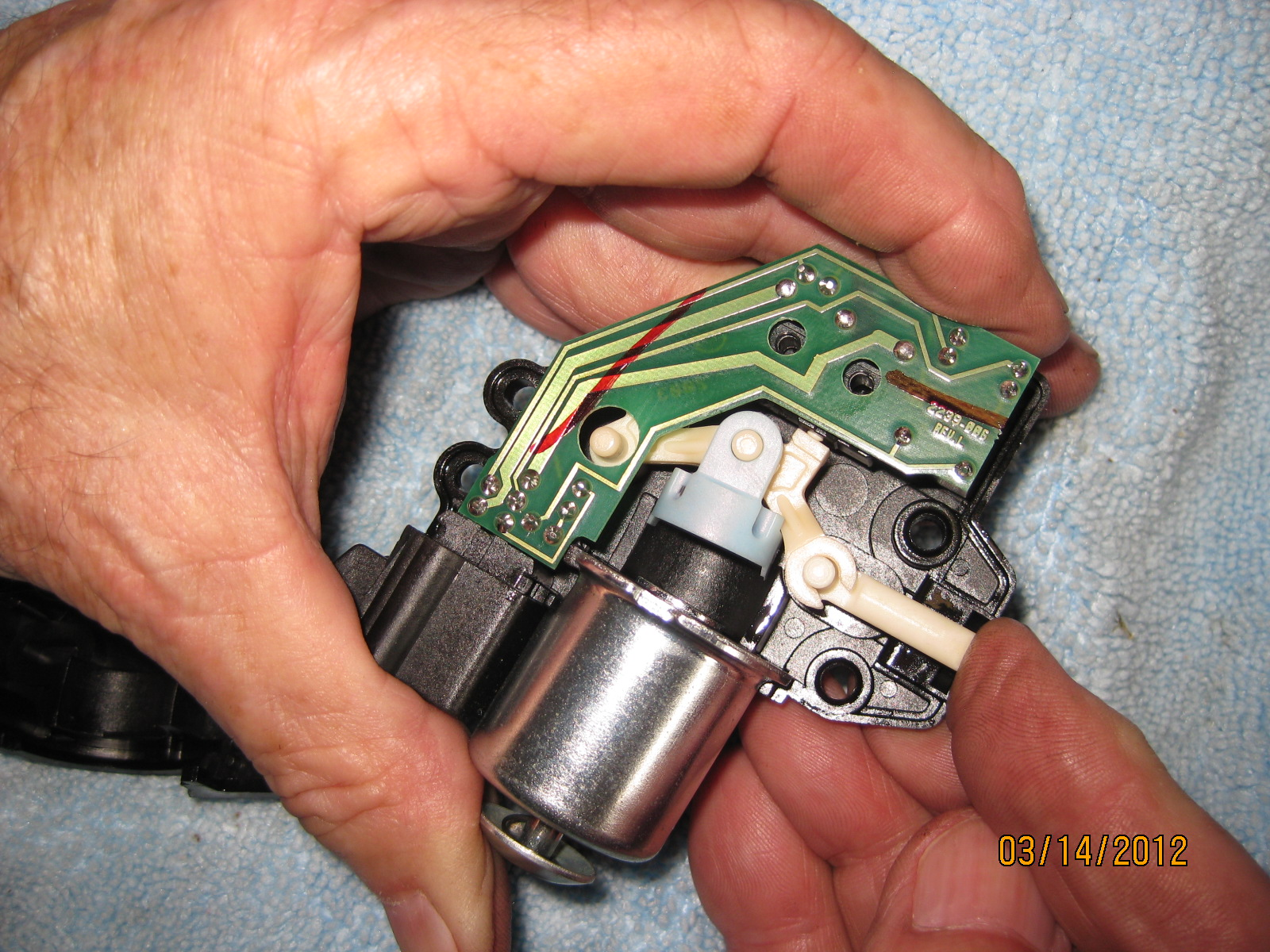 Shift Lock Control Actuator/Pictures - Chevy SSR Forum on chevy trailblazer trailer wiring diagram, 2003 trailblazer radio diagram, 2003 trailblazer back bumper, 2003 trailblazer valves, 2003 trailblazer radiator, 2003 trailblazer trailer plug, 2003 trailblazer starting diagram, 2003 trailblazer seat diagram, 2008 trailblazer wiring diagram, 2003 trailblazer ignition, 2003 trailblazer speakers diagram, 2003 trailblazer suspension diagram, 2003 trailblazer radio fuse, 2003 trailblazer brake line diagram, 2003 trailblazer fuel pump, 2003 trailblazer exhaust diagram, 2003 trailblazer cooling system, 2003 trailblazer brake lights not working, 03 trailblazer wiring diagram, 2002 trailblazer wiring diagram,
